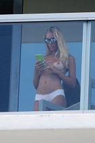 Laura Cremaschi vyrazila na balkón nahá...