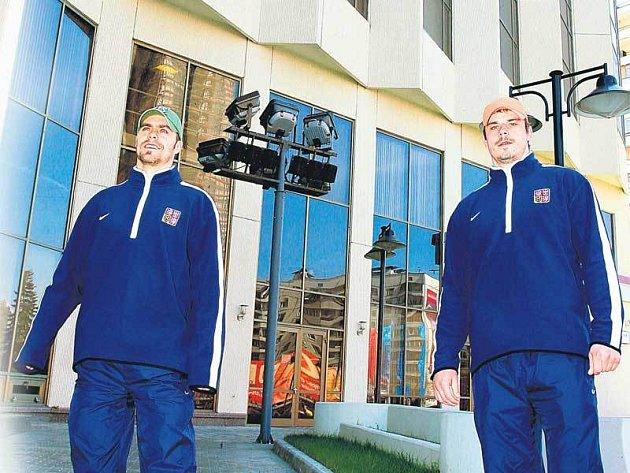 Tomáš Rolínek (vlevo) a Petr Sýkora zapózovali před novým domovem českého nároďáku.
