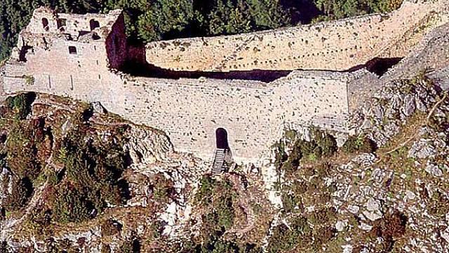 Pevnost Montségur, poslední útočiště Albigenských, stojí dodnes.