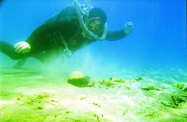 Pod hladinou jezera se nachází řada starých artefaktů.i koster.