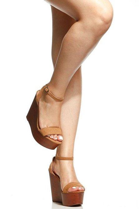 Letní sandálky, které můžete vzít ke kraťasům i sukni.