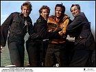 Vroce 1964 si John (uprostřed) zahrál veválečném filmu Letka 633.