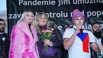Jana Peterková (uprostřed) nechybí na žádné demonstraci.