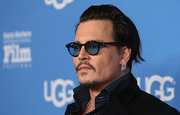 Kdo jiný mohl hrát excentrického umělce v oblasti čokolády ne excentrický umělec ve všem ostatním Johnny Depp. Ne, že byste nevěděli, jak vypadá, prostě se na něj rádi díváme. Kdo také ne, že?
