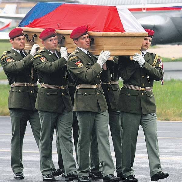Takto loni v květnu přivezl vojenský speciál ostatky Nikolaje Martinova, který zemřel poté, co v Afghánistánu sesuv půdy smetl ze silnice do hluboké strže jejich náklaďák.