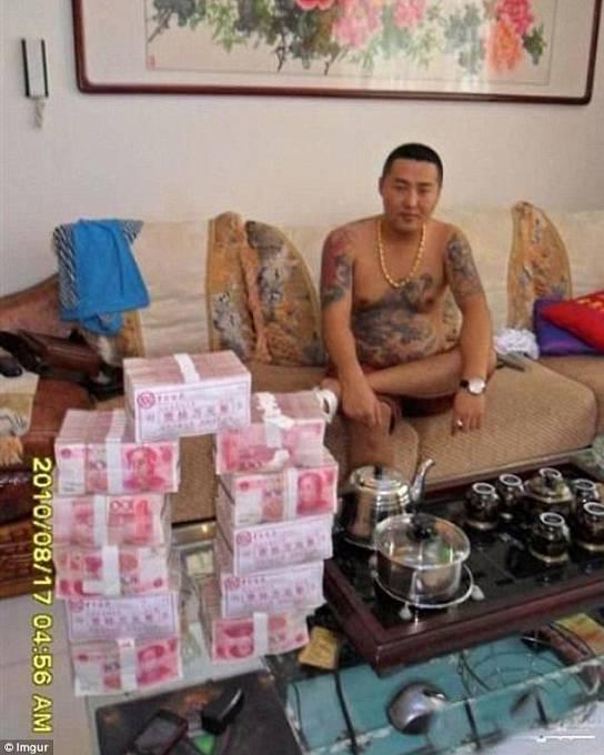"""""""Nalezeno v telefonu 'čínského gangstera', jeho styl mně dost překvapil."""""""