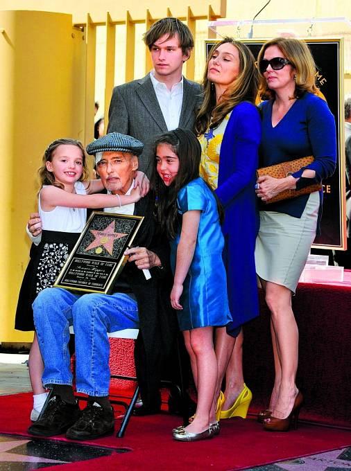 Pohublý Dennis se všemi potomky. Zleva:  dcera Galen, syn Henry, vnučka Violet, adcery Ruthanna aMarin.