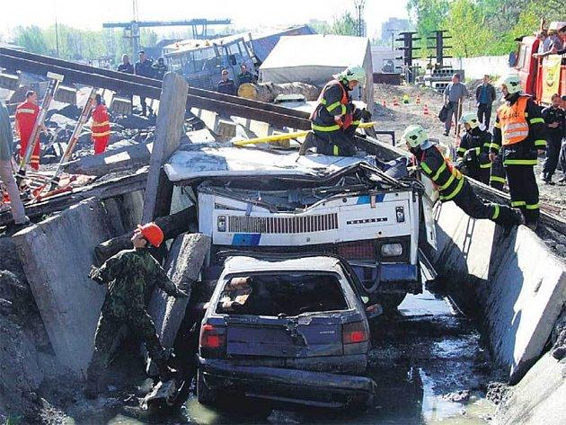 Hasičům se podařilo srážku s auty i zřícení mostu na autobus nasimulovat opravdu věrně.