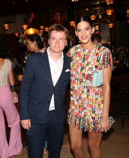 Modelka Aneta Vignerová a scenárista Petr Kolečko vedle sebe září štěstím.