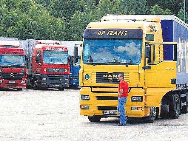 Parkoviště u Pávova na Jihlavsku kamiony zdaleka nezaplnily.