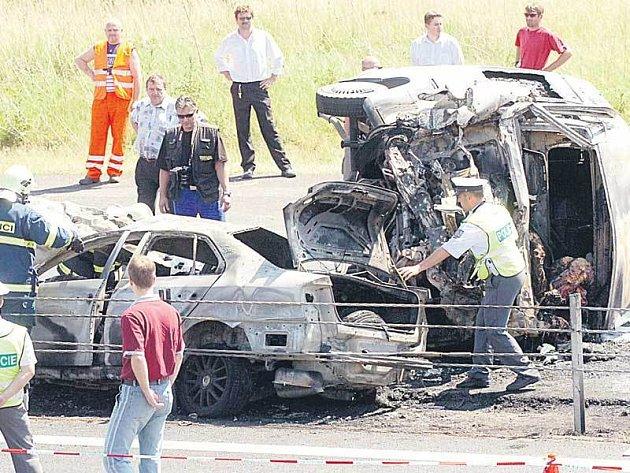 Z aut zůstaly po nehodě ohořelé vraky.
