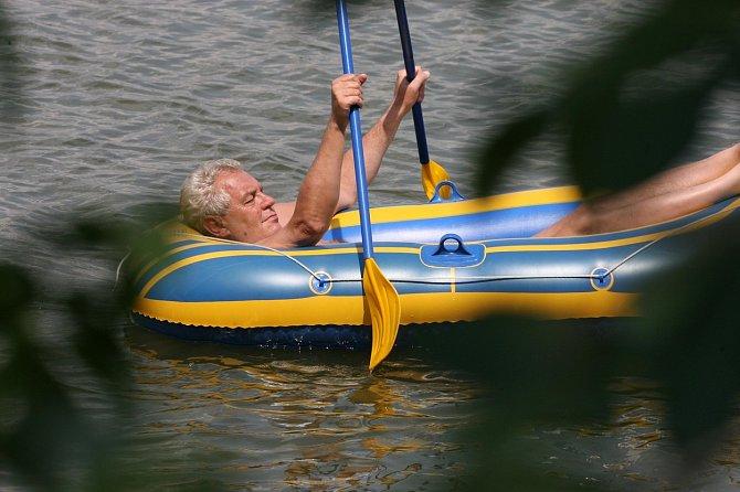 Miloš Zeman si plavby na člunu na své chalupě užívá každý rok.