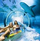 Jízda divokou řekou pod akváriem, to je jen jedna z mnoha atrakcí souostroví.