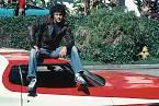 Horkokrevný detektiv David Michael Starsky sedí nasvém Fordu Gran Torino, který se stal ikonou celé série.