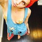 Miley Cyrus v hodně odvážném tílku, z kterého jí vypadávala prsa.