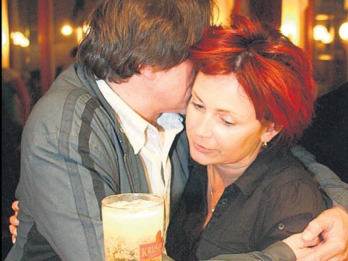Ilona Svobodová z objetí svého seriálového manžela Ondřeje Pavelky žádnou radost.