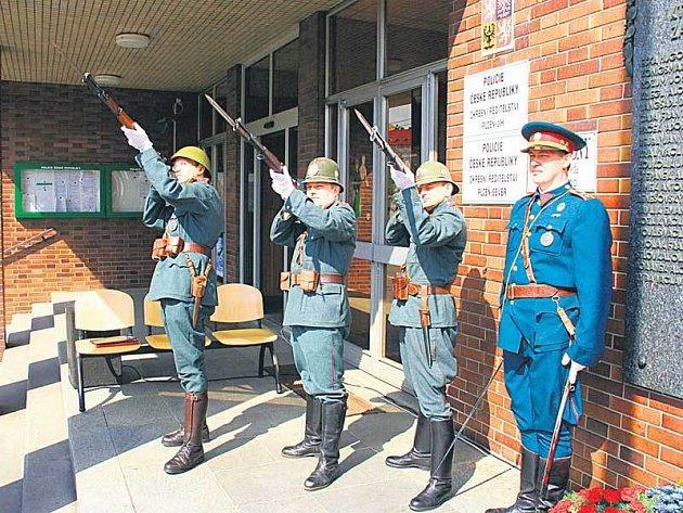 Policisté v dobových uniformách uctili čestnou salvou památku svých kolegů.