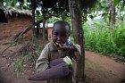V burundské domácnosti s příjmem $29/měsíc na dospělého je oblíbená hračka stará pneumatika