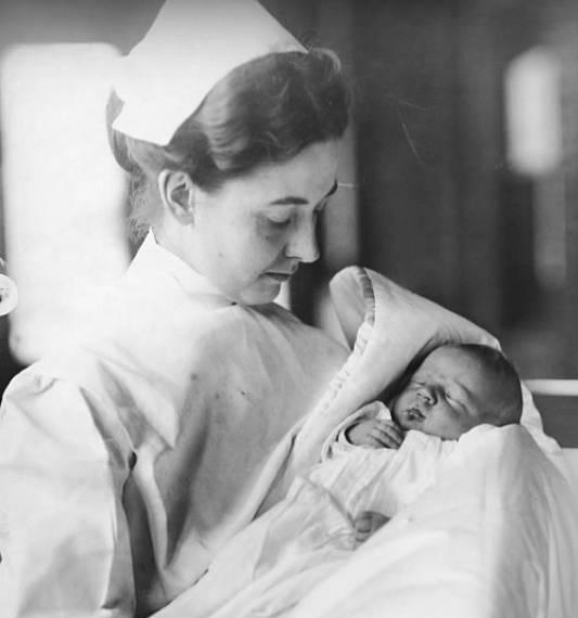 Malý Lucien P. Smith. Jeho otec na Titanicu bohužel zemřel, ale jeho maminka Eloise se nakonec vdala za jednoho z dalších přeživších z Titanicu.