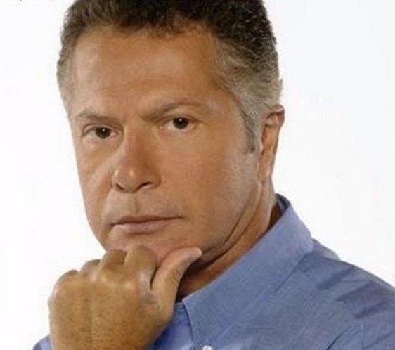 Kolumbijský herec Flavio Caballero je mazák mezi telenovelami. V roce 1979 stanul prvně před kamerou a od té doby natáčí jeden seriál za druhým. Většinou mívá poměrně důležité vedlejší role různých tatínků, strýčků a bohatých mužů.