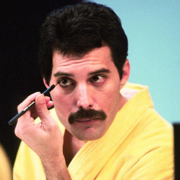 S tužkou na obočí. Na svém zevnějšku si Freddie zakládal.