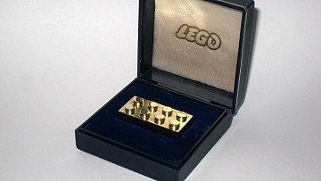 Prominentním zaměstnancům, kteří ve firmě Lego strávili více než pětadvacet let, darovali za odvedené služby kostičku lega ze čtrnáctikarátového zlata!