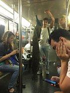 Chlap vešel do metra s pávem, nikdo však neodtrhl oči od telefonu.