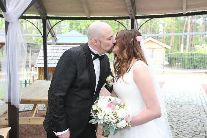 Novomanželská pusa.