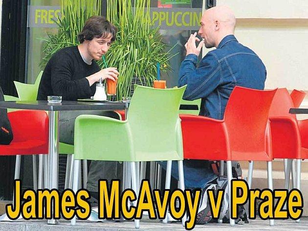 Osvěžení na zahrádce restaurace Stará celnice Jamesi McAvoyovi přišlo k duhu.