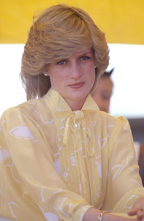 Princezna Diana. Z mladičké nesmělé dívky, která skrývala obličej před fotoaparáty, se postupem let stala sebevědomá členka britské královské rodiny a později nezávislá žena. Cesta k tomu ale nebyla jednoduchá, Dianu trápily poruchy příjmu potravy.