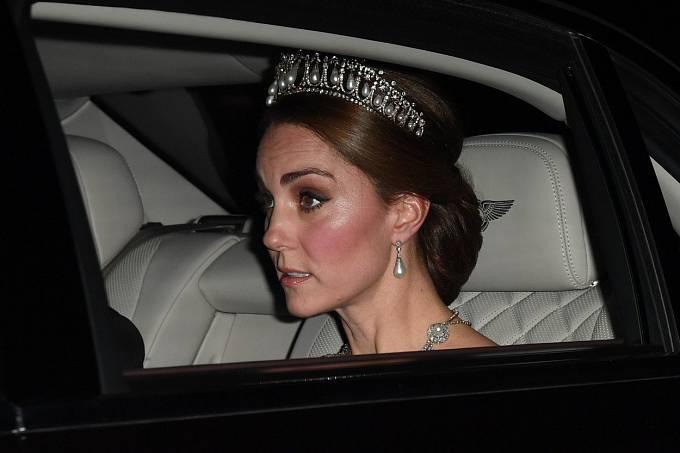 Kate Middleton často nosí její perlovou čelenku