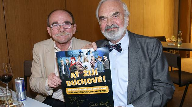Zdeněk Svěrák s Jaroslavem Uhlířem si muzikál užívali.