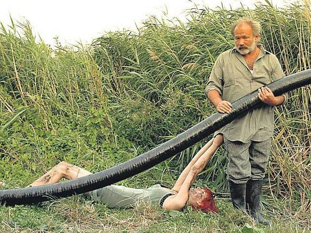 Rudolf Hrušínský jde ve filmu Poslední plavky zabít sumce Lojzu elektrickým proudem, aby se tak Lojzovi pomstil za to, že mu sežral psa Pepíka.
