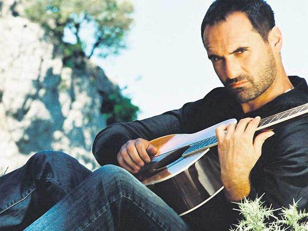Kalousek hodně cestuje, proto i fotky na jeho nové album vznikaly na Sardinii.