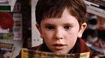 Karlík Bucket, chlapec z chudé rodiny, který si jednou do roka k narozeninám dopřeje čokoládu. Když narazí na peníze na ulici, zkusí štěstí podruhé a skutečně kupón najde. Nakonec je to on, malý dobrosrdečný chlapec, který se stane dědicem impéria.