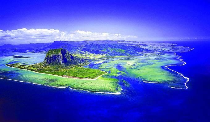 Mauricius je sopečného původu. Vtom mnozí hledají vysvětlení sedmibarevné záhady.