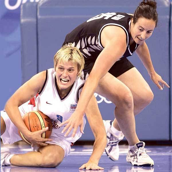 Kapitánka českých basketbalistek Hana Machová (vlevo) se svými spoluhráčkami proti Novému Zélandu postup do čtvrtfinále nepustila.