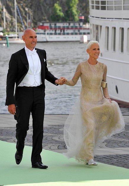 Marie Fredriksson smanželem.