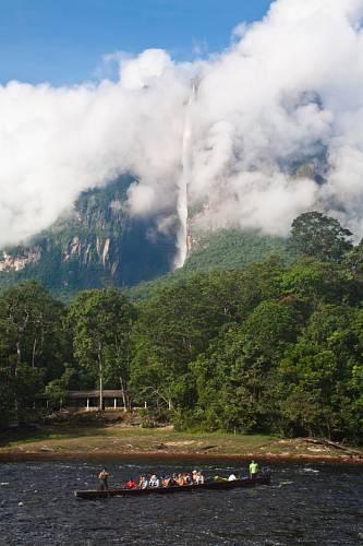 Nenápadná chatička slouží jako nocleh v džungli.