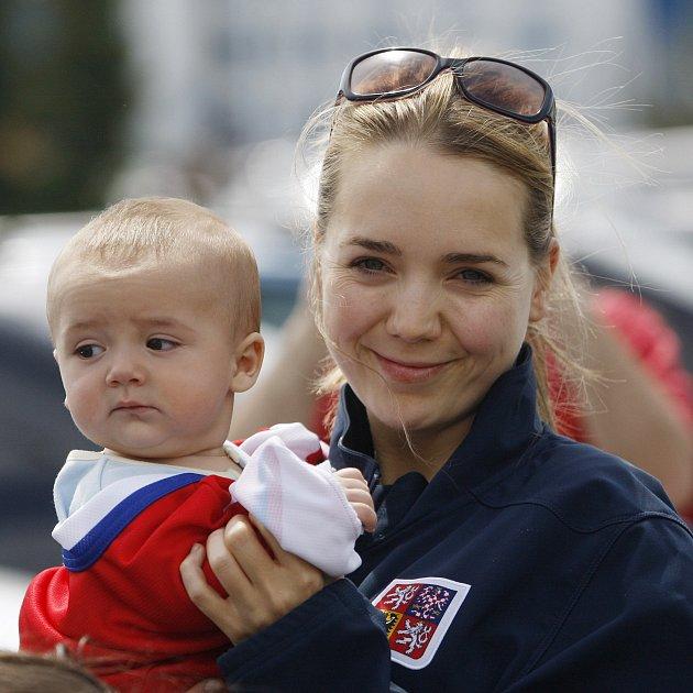 Kapitánovi týmu Tomáši Plekancovi drží pěsti populární zpěvačka Lucie Vondráčková sdětmi.