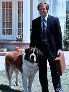 Hlava rodiny je George Newton, snaží se psa vychovávat, ale vlastně se mu to moc nedaří. Je ze psa dost zoufalý, ale paradoxně ho má velice rád.