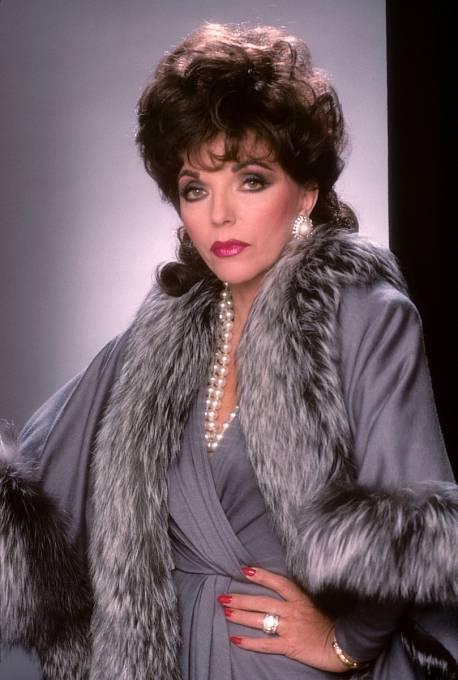 Joan jako Alexis ze seriálu Dynastie. Těžko hledat větší seriálovou potvoru.