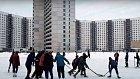 Mladí kluci hrají hokej na moskevském sídlišti.