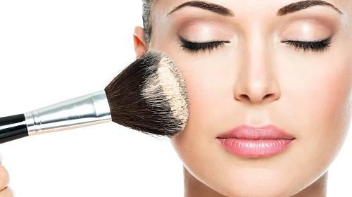 Nanést dokonalý make-up není jen tak.