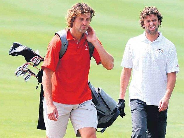 Golf, hospůdky, volný čas... Petr (vpravo) a Jarda spolu tráví celé léto. Zda zůstanou pohromadě i v sezoně ale pořád netuší.