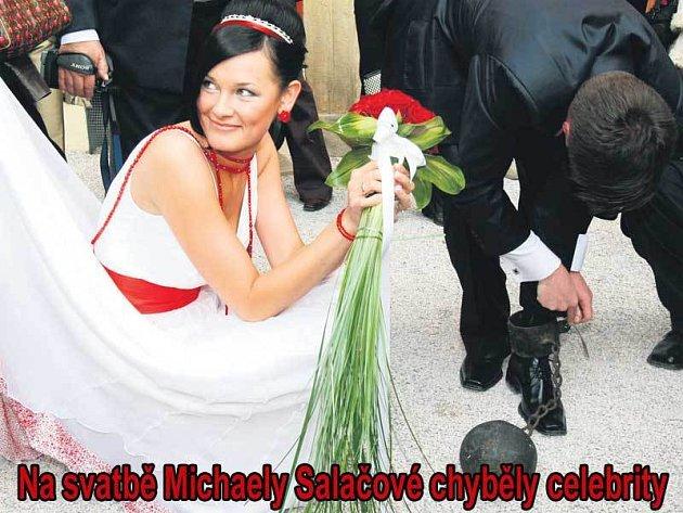 Moravským zvykem je, že se ženichovi připne na nohu železná koule a on si ji musí pilkou odřezat. Klíček dostane jen za peníze.