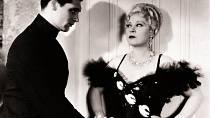Poznáte mladíka, který si sMae zahrál vkomedii Křivdila mu (1933)? Je to Cary Grant.