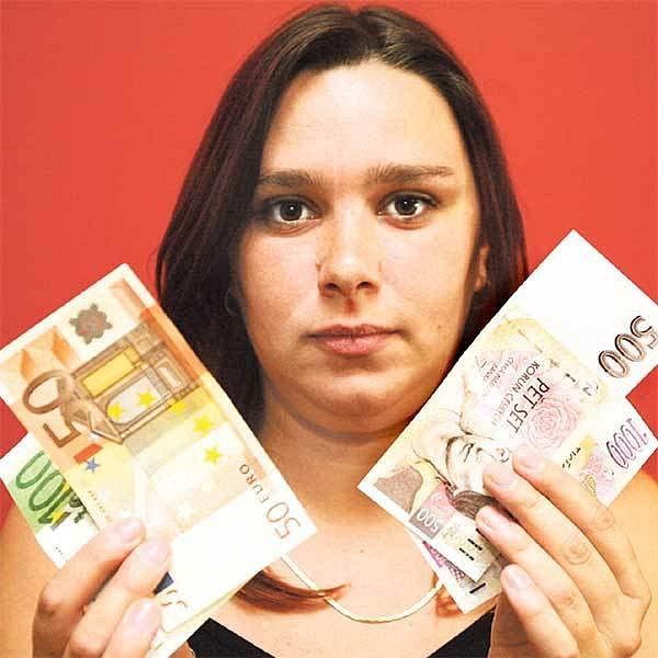 Zaměstnanci některých firem si budou muset zvyknout, že dostanou plat v korunách i v eurech.
