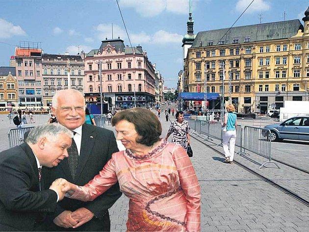 Prezident Václav Klaus a jeho žena Livia se pozdravili s polským protějškem Lechem Kaczyńskim. Kromě něho dorazí i Viktor Juščenko z Ukrajiny, Giorgio Napolitano z Itálie, Ivan Gašparovič ze Slovenska nebo László Sólyom z Maďarska.