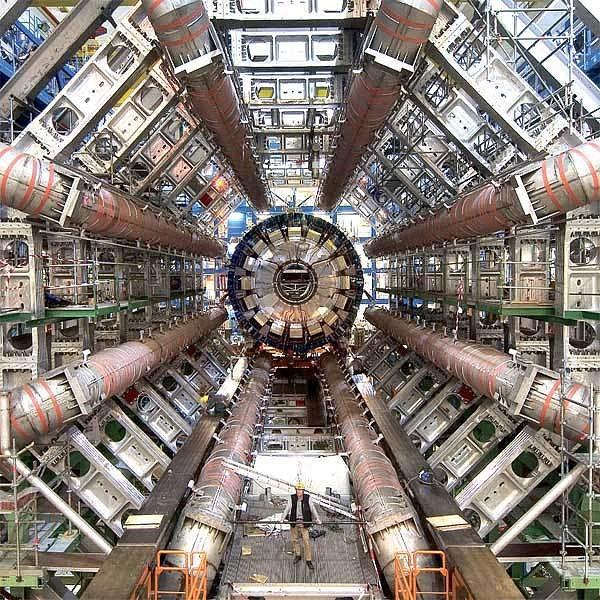 7000 tun těžký detektor částic Atlas je pouze nepatrnou součástí celého LHC.